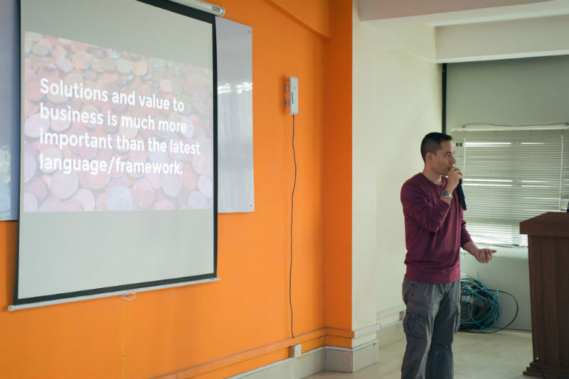 Me speaking about Things I wished I knew as a junior developer at DN Meetup 4